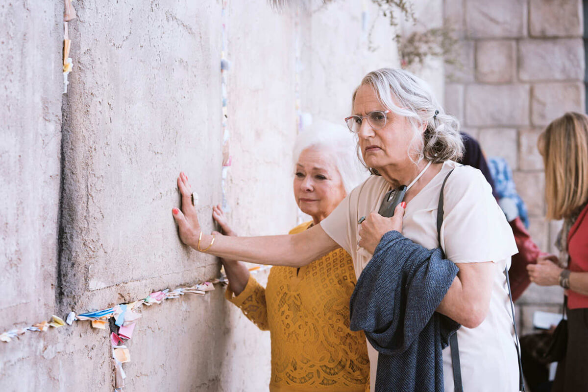 <em>Transparent</em>'s Maura (Jeffrey Tambor) at the Wailing Wall.